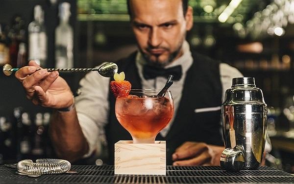 Mixologist là gì? Thoát khỏi sự nhầm lẫn giữa Mixologist và Bartender