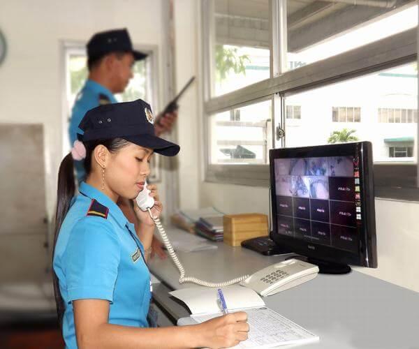 Nhân viên an ninh rà soát người ra vào trong khách sạn