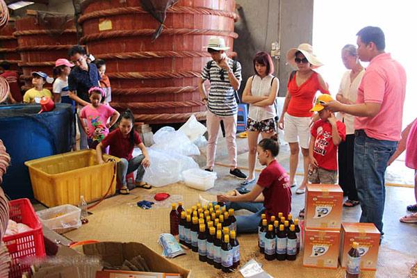 Du khách tham quan mua nước mắm Phú Quốc về làm quà