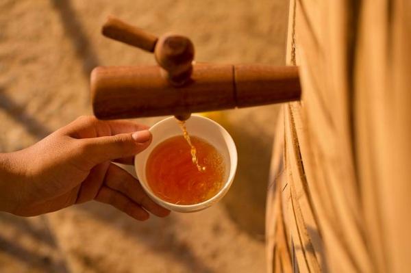 Nước mắm được chưng cất trong các thùng gỗ to