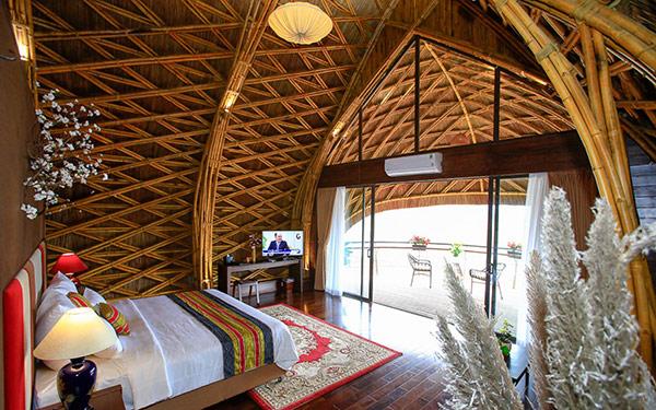 Phòng Bungalow Double Room tại Serena Kim Boi Resort sử dụng các chất liệu truyền thống