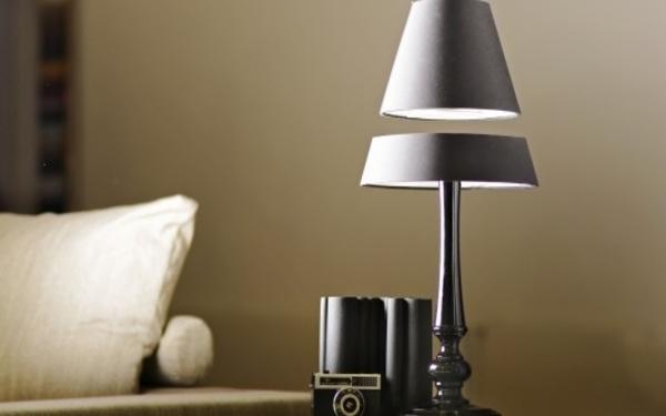 """Đèn ngủ tiết kiệm điện với phần chụp đèn """"bị thủng"""" treo lơ lửng"""