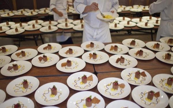 Plate service là gì? Hình thức phục vụ Plate service có gì đặc biệt