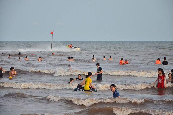 Biển Quất Lâm tấp nập khách du lịch ngày hè