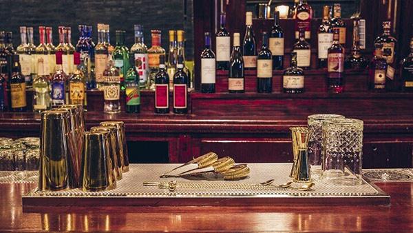 Đồ dùng tại quầy bar được sắp xếp vô cùng hợp lý