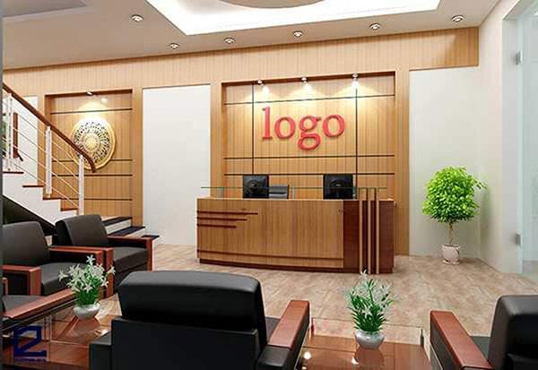 Vị trí đặt quầy luôn sát tường, phía sau gắn logo của khách sạn