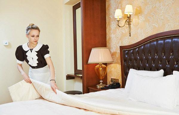 Nhân viên buồng phòng phải nắm rõ quy trình trải giường