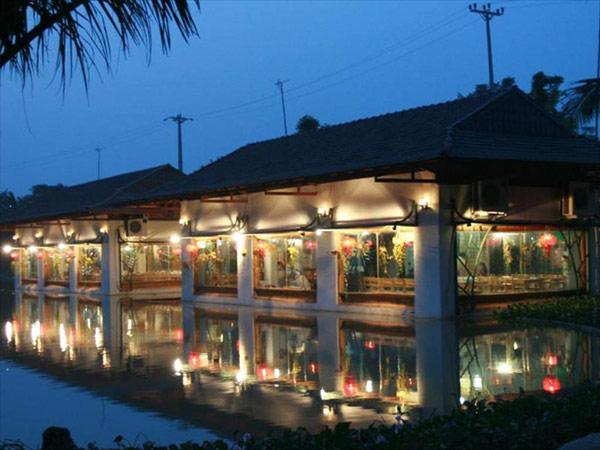 Khu vực nhà hàng trong khuôn viên resort vào buổi tối