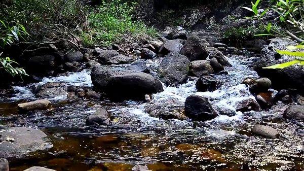 Suối nước Vàng nhờ những viên đá vàng và màu sắc