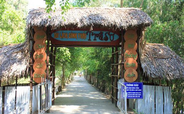 Cổng vào được trang trí theo phong cách làng quê