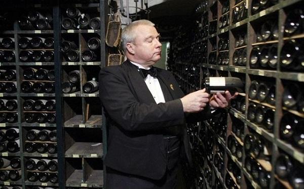 Trực tiếp quản lý và sắp xếp từng chủng loại trong hầm rượu