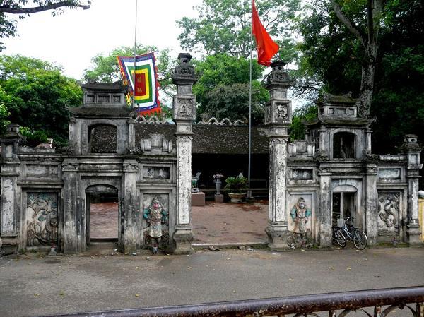 Hầu như mọi người khi đến du lịch sinh thái ở Suối Mỡ sẽ kết hợp luôn lễ vật dâng lên ngôi đền linh thiêng