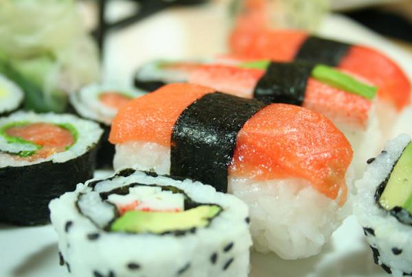 Sushi là cơm trộn giấm kết hợp với các loại thịt, cá, hải sản và rau củ quả tươi