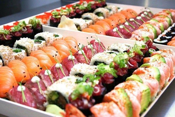 ushi Makimono có nguyên liệu là phần nhân hải sản, rau củ được bọc cơm trộn dấm