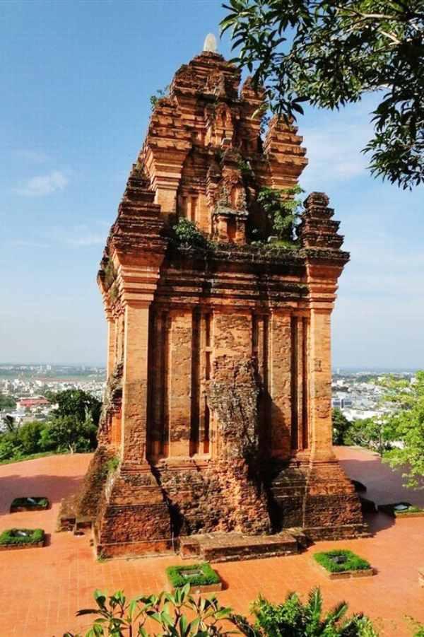 Tháp Nhạn thu hút khách du lịch bởi sự cổ kính