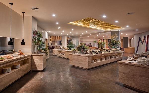 Quầy lấy đồ tự chọn với nhà hàng phục vụ bữa ăn theo dạng buffet
