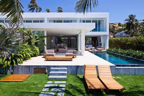 Khuôn viên xung quanh là cây xanh, bể bơi giúp nhà nghỉ sang trọng và cuốn hút hơn