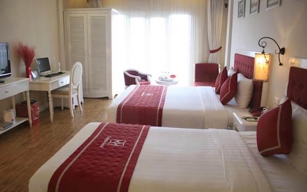 Phòng ngủ nhà nghỉ Minh Hiếu trẻ trung với tông màu đỏ, trắng