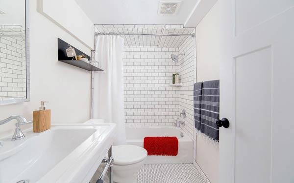 Phòng tắm thiết kế nhã nhặn, sạch sẽ với tông màu trắng