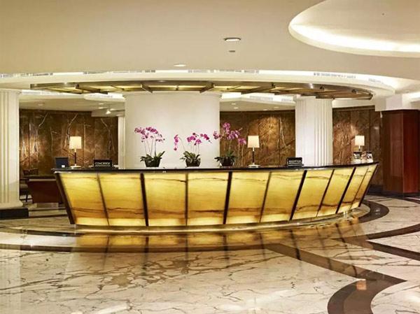 Quầy lễ tân hình cánh cung thích hợp với những sảnh khách sạn tầm cỡ 4,5 sao rộng lớn