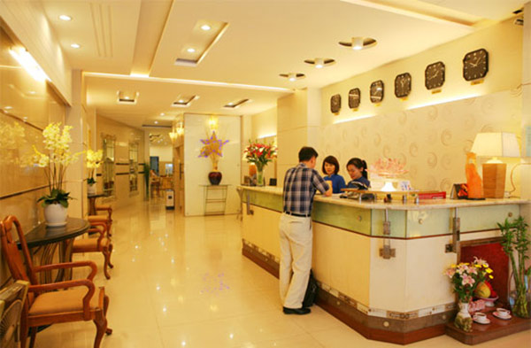 Quầy lễ tân kiểu dáng thông thường nhưng tiện lợi với những sảnh khách sạn vừa và nhỏ