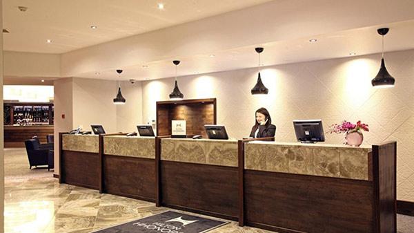 Thiết kế dãy quầy lễ tân thường dùng với khách sạn lớn, lượng khách đông