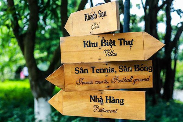 Biển chỉ dẫn cần có 2 ngôn ngữ song song