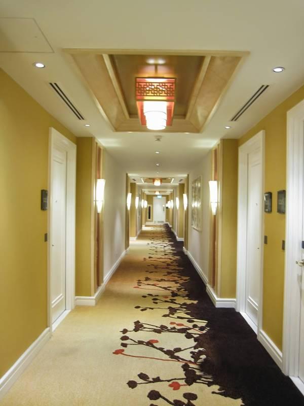 trang trí hành lang khách sạn nổi bần bật