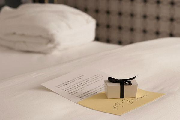 Gửi phần quà nhỏ và bảng câu hỏi khảo sát về độ hài lòng cho khách