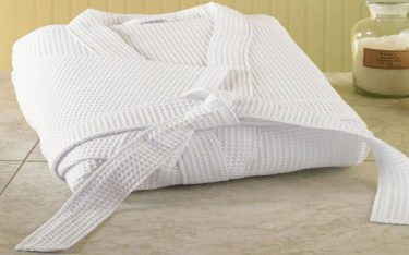 Chỉ 3 phút biến áo choàng tắm bị ngả màu trở nên trắng sáng