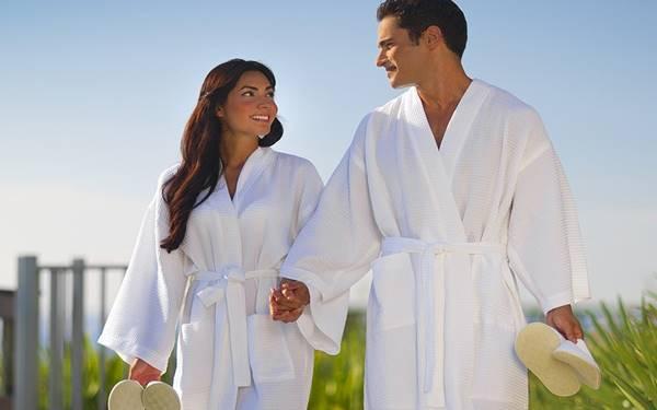 Áo choàng tắm dùng để làm gì? Có mấy loại áo choàng tắm?
