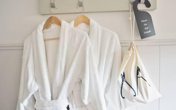 Áo choàng tắm giúp lau khô người một cách nhanh chóng và giữ ấm cho cơ thể