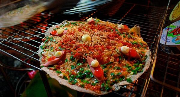 Có thể cho thêm tương ớt hoặc phô mai lên bề mặt những chiếc bánh tráng nướng