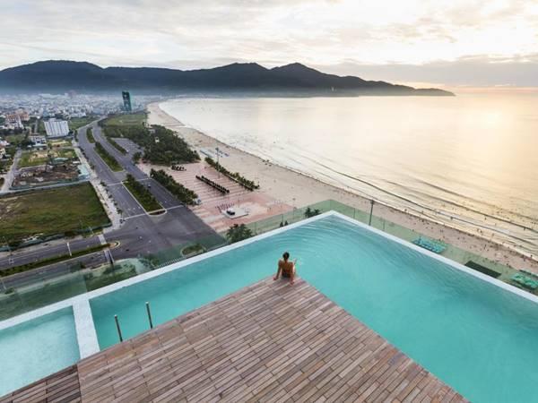 bể bơi trên sân thượng khách sạn
