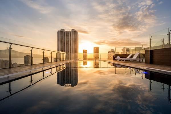 mẫu bể bơi trên sân thượng khách sạn đẹp