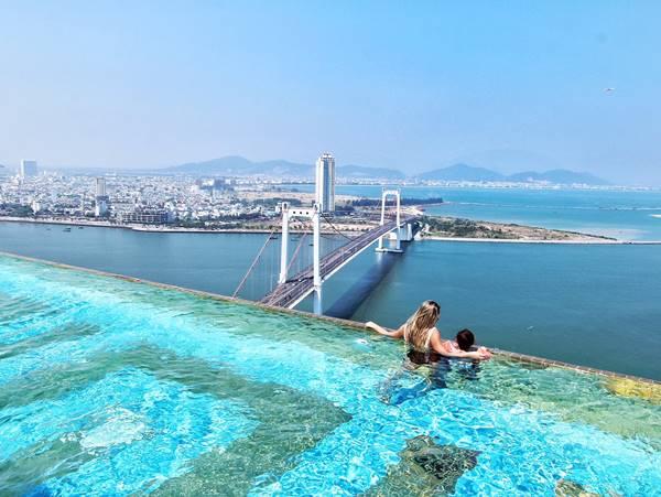 bể bơi trên sân thượng khách sạn đẹp miễn chê