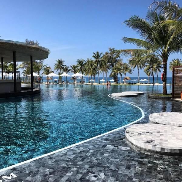 Bể bơi khách sạn là một trong những khu vực không thể thiếu