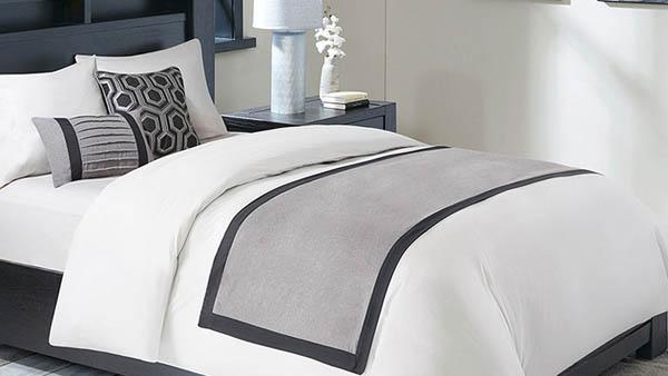 Tấm bed runner khách sạn giúp giảm bớt bụi bẩn trên ga trải giường màu trắng