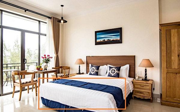 Tấm trải giường khách sạn thường mang màu sắc đậm, sặc sỡ để nổi bật trên ga giường màu trắng