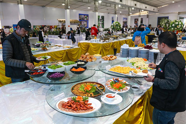 Khách hàng thường tự lấy đồ và phục vụ mình khi ăn sáng buffet