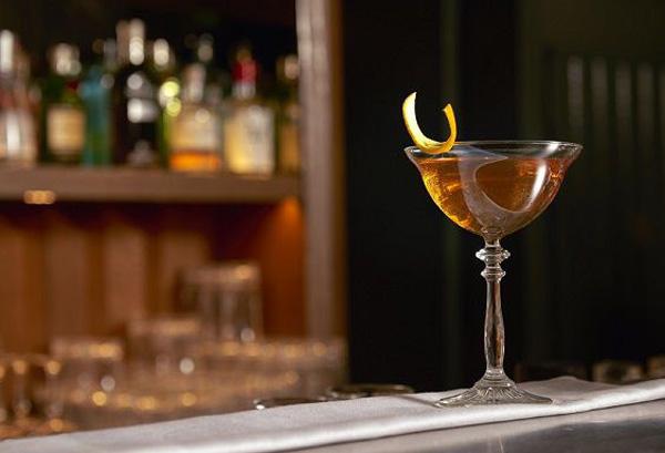 các loại ly trong quầy bar