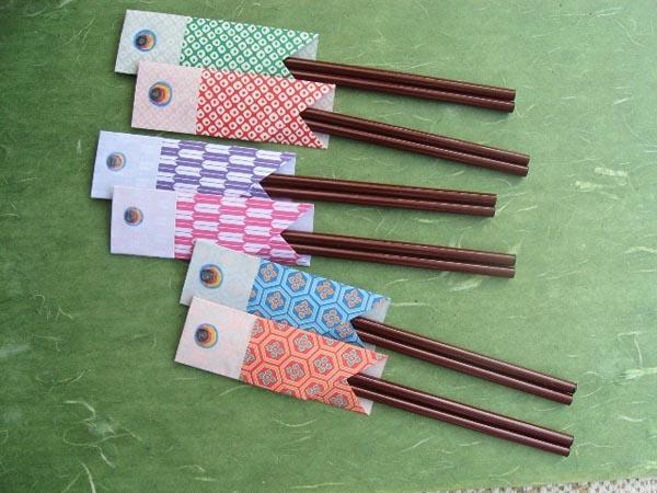 Những chiếc bao đũa bằng giấy nhiều màu sắc