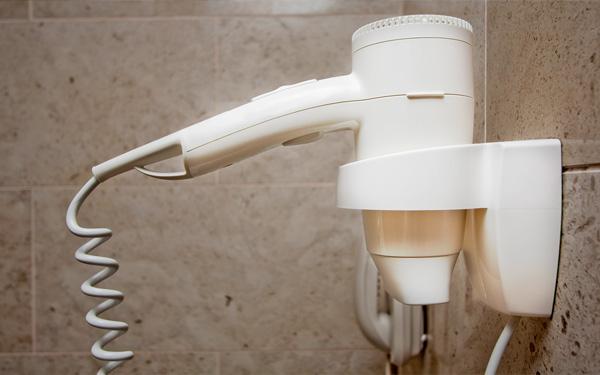 Có nên dùng máy sấy tóc trang bị sẵn trong khách sạn không?
