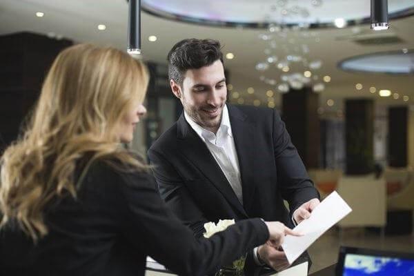 Duty Manager phối hợp với bộ phận tiền sảnh để giải quyết công việc