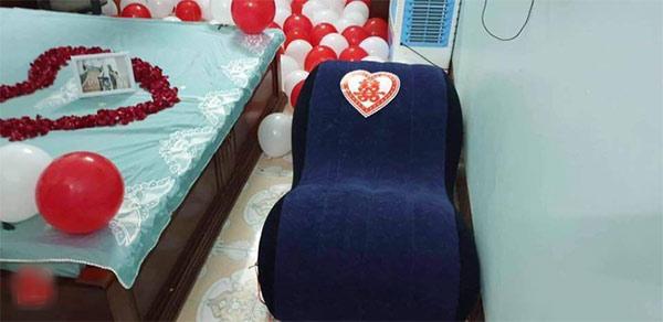 Ghế tình yêu được đặt trang trọng trong phòng cưới