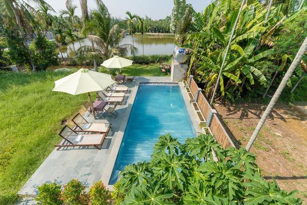 Bể bơi hiện đại của New Sunshine Homestay