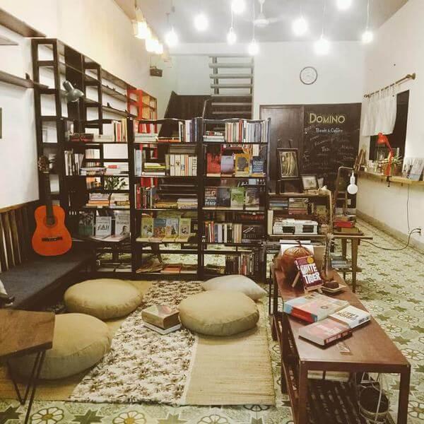 Một không gian đọc sách tại Domino Homestay