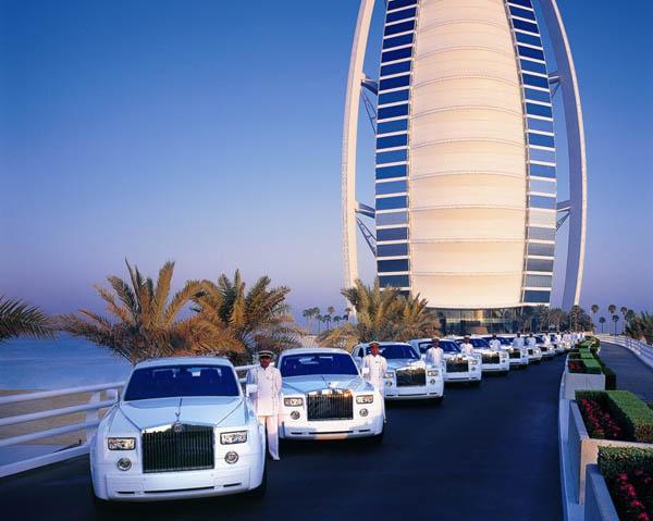Dàn siêu xe choáng ngợp dùng để đưa đón khách của khách sạn