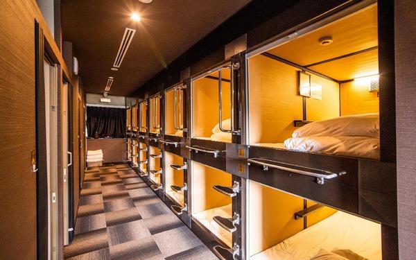 Hệ thống đèn vàng toát lên vẻ đẹp sang trọng cho khách sạn