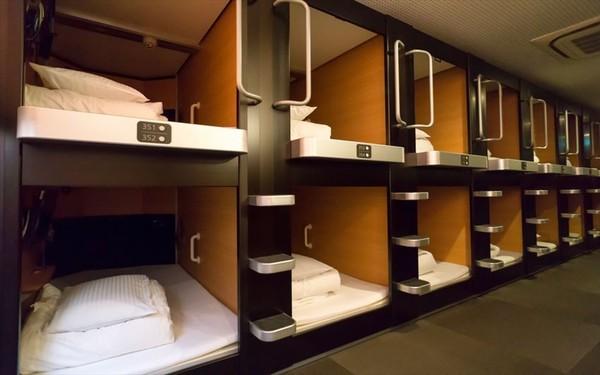Các thiết bị trong phòng ngủ được sắp xếp gọn gàng, ngăn nắp